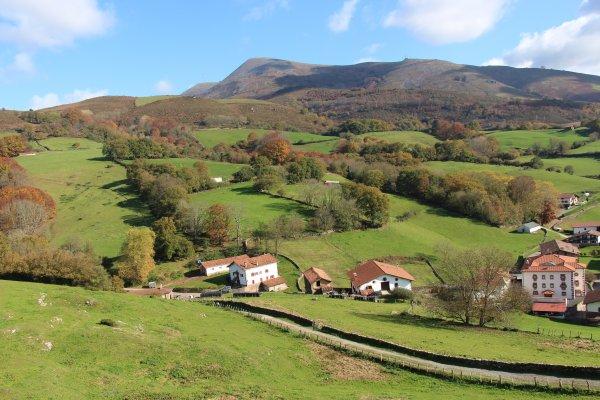 VISITE DU PAYS BASQUE INTÉRIEUR,Etxea-maisons basque-Basque houses-nafarroa-navarre-lbasque andscape-paysage de montagnes-baztan